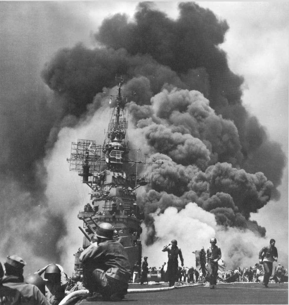 """Авианосец """"Банкер Хилл"""" после атаки двух камикадзе 11 мая 1945 года"""
