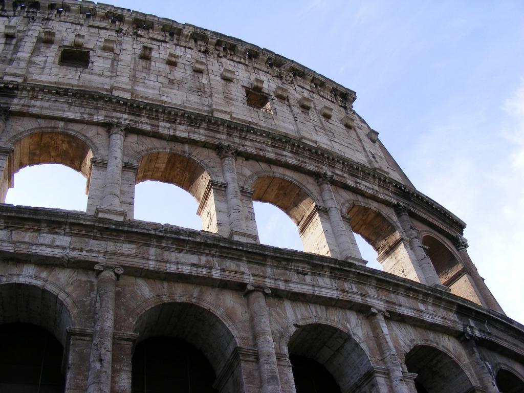 При строительстве римского Колизея широко использовался бетон в качестве скрепляющего средства. Как видно, римские инженеры знали свое дело - величайший памятник античной архитектуры скоро отпразднует двухтысячный юбилей.