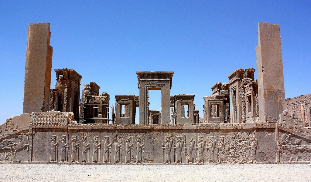 В 5 веке до н.э. в этом сарае в городе Пересеполь жил могущественный персидский царь - Дарий I