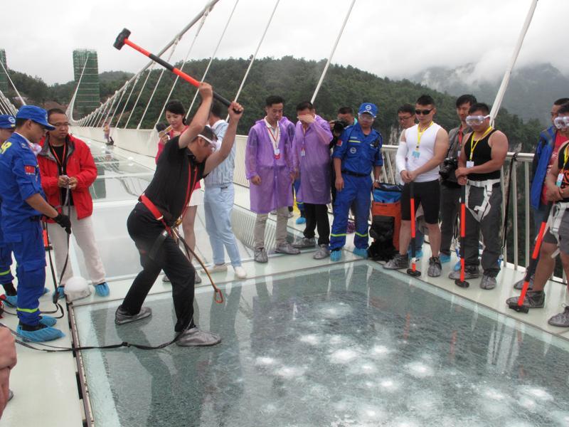 ceremony-zhangjiajie-strikes-safety-hammer-against-bridge_b8bde290-3c74-11e6-aebc-a22ff8d772df