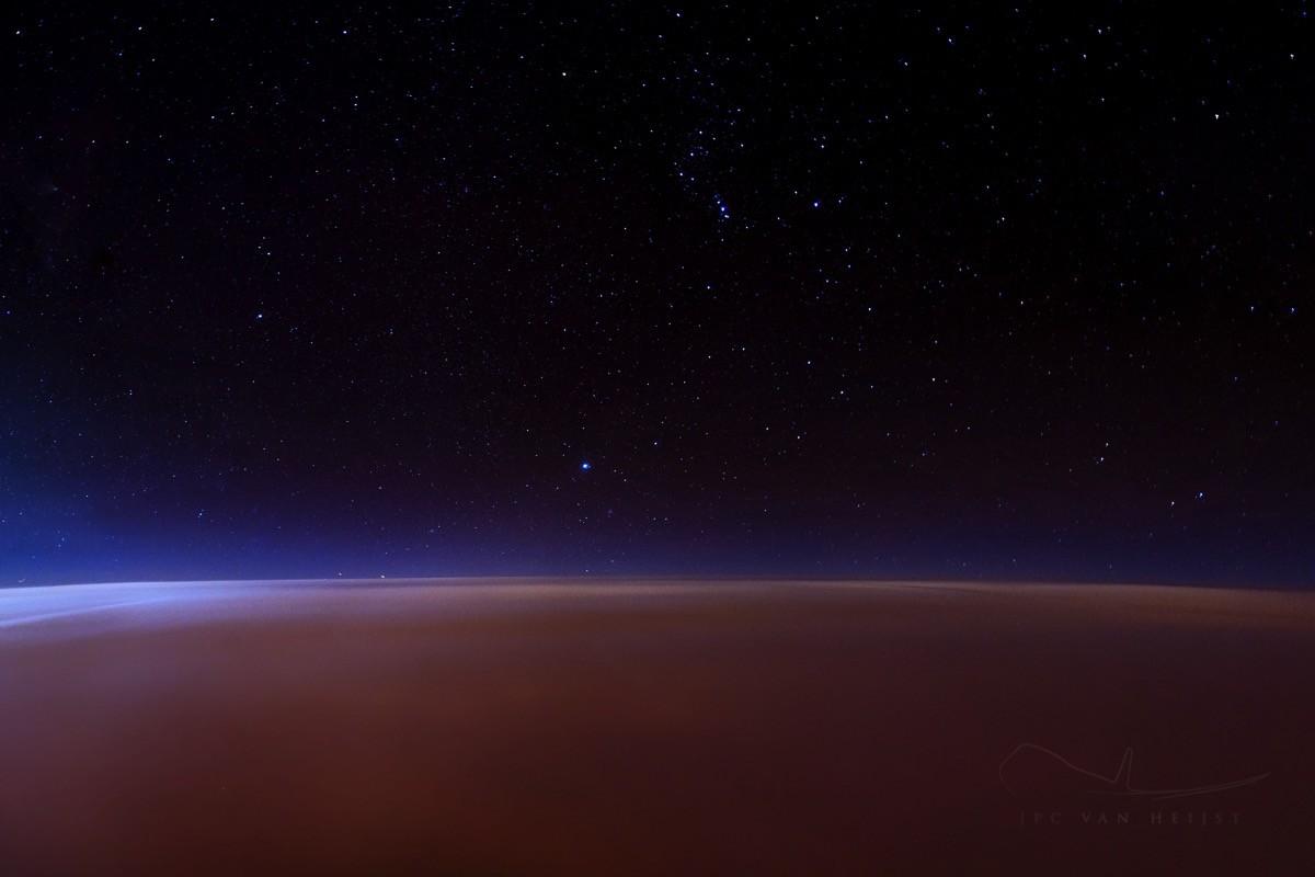 Снимок с орбиты Марса? Нет - ночной полет над Лондоном, укрытым плотной облачностью |