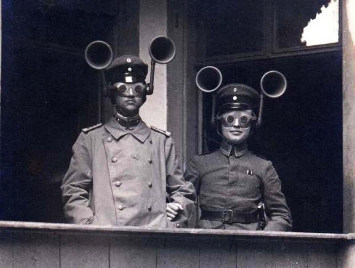 Два немецких солдата во время акустической разведки, 1917 год. По-видимому, данная система включала в себя очки, которые улучшали зрительное восприятие далеких объектов