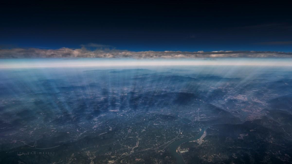Тонкий слой облаков и пробивающиеся сквозь них солнечные лучи | http://www.jpcvanheijst.com